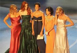 Il cast con l Emmy Award