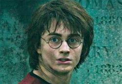 """Daniel Radcliffe in <i>Harry Potter e il calice…</i>"""" />Ci si aspettava un incasso importante, ma <em>Harry Potter e il calice di fuoco</em>, il quarto film tratto dai romanzi di J.K. Rowling, è andato oltre ogni aspettativa. Sette milioni di euro, più di diecimila per sala. Era da tempo che in Italia non si vedevano cifre di questo tipo, considerando anche che i primi tre episodi della saga si erano fermati attorno ai cinque milioni.<br /> Alle spalle del maghetto, si confermano <em>Melissa P. </em> e <em>La marcia dei pinguini</em>, che continuano ad attestarsi su incassi più che buoni. Al quarto posto la seconda nuova entrata della settimana, <em>Nickname: l'enigmista</em>.</p> <p>In un weekend ricchissimo di nuove pellicole (dieci in tutto), si segnala tra tutte <em>Zucker! …come diventare ebreo in 7 giorni</em> che, distribuito in sole quindici copie, ha ottenuto un incasso davvero notevole, risultando il secondo film più visto come media per sala.</p> <p><strong>Box Office</strong> weekend 25-27 novembre 2005<br /> <strong>1</strong>   <em>Harry Potter e il calice di fuoco</em>   <strong> 7.233.227 </strong>   (7.233.227)<br /> <strong>2</strong>   <em>Melissa P.</em>   <strong> 1.414.985 </strong>   (3.997.538)<br /> <strong>3</strong>   <em>La marcia dei pinguini</em>   <strong> 806.752 </strong>   (2.232.672)<br /> <strong>4</strong>   <em>Nickname: l'enigmista</em>   <strong> 593.742 </strong>   (593.742)<br /> <strong>5</strong>   <em>La seconda notte di nozze</em>   <strong> 499.640 </strong>   (2.588.293)<br /> <strong>6</strong>   <em>Lord of war</em>   <strong> 307.670 </strong>   (869.233)<br /> <strong>7</strong>   <em>Flightplan – Mistero in volo </em>   <strong> 264.615 </strong>   (4.942.529)<br /> <strong>8</strong>   <em>I fratelli Grimm e l'incantevole strega</em>   <strong> 260.971 </strong>   (2.327.950)<br /> <strong>9</strong>   <em>Crash – Contatto fisico</em>   <strong> 215.894 </strong>   (1.172.429)<br /> <strong>10</strong>   <em>Il v"""