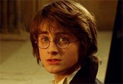 """Daniel Radcliffe in <i>Harry Potter e il calice…</i>"""" /><em>Harry Potter e il calice di fuoco</em>, il quarto film tratto dai romanzi di J.K. Rowling, è saldamente dal comando del box office anche nel suo secondo weekend di programmazione. L'incasso totale, che ha superato i tredici milioni di euro, potrebbe diventare il migliore della stagione, mettendo in pericolo il primato, che per ora appartiene a <em>Madagascar</em>. </p> <p>In seconda e terza posizione troviamo le prime due nuove entrate, <em>Mr. e Mrs. Smith</em> e <em>Chicken Little</em>. Considerando che queste tre pellicole hanno occupato 1685 sale in tutta Italia, è rimasto ben poco per le altre. Hanno comunque ottenuto ottimi risultati <em>Melissa P. </em>, che ha ormai superato i cinque milioni di totale, e <em>Broken flowers</em>, sorprendente nuova entrata dall'ottima media per sala.</p> <p>Da segnalare infine la permanenza nella top ten di <em>Crash – Contatto fisico</em> per la quarta settimana consecutiva e i risultati deludenti delle altre tre nuove uscite. Tra queste <em>Il pane nudo</em>, film marocchino prodotto da Roberto de Laurentiis e distribuito in un'unica copia.</p> <p><strong>Box Office</strong> weekend 2-4 dicembre 2005<br /> <strong>1</strong>   <em>Harry Potter e il calice di fuoco</em>   <strong> 3.795.425 </strong>   (13.549.204)<br /> <strong>2</strong>   <em>Mr. e Mrs. Smith</em>   <strong> 2.458.432 </strong>   (2.458.432)<br /> <strong>3</strong>   <em>Chicken Little – Amici per le penne</em>   <strong> 1.731.326 </strong>   (1.731.326)<br /> <strong>4</strong>   <em>Melissa P.</em>   <strong> 600.673 </strong>   (5.145.675)<br /> <strong>5</strong>   <em>Broken flowers</em>   <strong> 382.038 </strong>   (382.038)<br /> <strong>6</strong>   <em>Nickname: l'enigmista</em>   <strong> 282.548 </strong>   (1.156.912)<br /> <strong>7</strong>   <em>Il nascondiglio del diavolo</em>   <strong> 276.331 </strong>   (276.331)<br /> <strong>8</strong>   <em>La marcia dei pinguini</em>  """