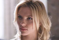 """Scarlett Johansson in <i>Match point</i>"""" />La prima vera classifica del box office 2006 premia Woody Allen. <em>Match point</em>, la sua nuova regia, ha infatti incassato quasi due milioni di euro, finendo davanti ad altre due pellicole esordienti, come <em>40 anni vergine</em> e <em>The new world</em>. Particolarmente interessante il dato di <em>40 anni vergine</em>, uscito in un numero di copie decisamente inferiore a quello degli altri due film. </p> <p>Alle spalle delle nuove entrate ritroviamo i film natalizi, con <em>Ti amo in tutte le lingue del mondo</em> in testa. Il film di Pieraccioni non ha però ancora raggiunto l'incasso totale di <em>Natale e Miami</em>, che si conferma il migliore incasso della stagione.</p> <p>Le altre due nuove entrate della settimana, <em>Parentesi tonde</em> e <em>U Carmen</em>, si sono infine attestate su incassi decisamente bassi, dovuti anche a una distribuzione decisamente limitata.</p> <p><strong>Box Office</strong> weekend 6-8 gennaio 2006<br /> <strong>1</strong>   <em>Match point</em>   <strong> 1.873.740 </strong>   (1.873.740)<br /> <strong>2</strong>   <em>40 anni vergine</em>   <strong> 1.470.651 </strong>   (1.470.651)<br /> <strong>3</strong>   <em>The new world</em>   <strong> 1.139.027 </strong>   (1.166.240)<br /> <strong>4</strong>   <em>Ti amo in tutte le lingue del mondo</em>   <strong> 1.074.405 </strong>   (18.616.721)<br /> <strong>5</strong>   <em>Le cronache di Narnia: Il leone, la strega e l'armadio</em>   <strong> 967.982 </strong>   (15.423.216)<br /> <strong>6</strong>   <em>Saw 2 – La soluzione dell'enigma</em>   <strong> 863.879 </strong>   (4.179.879)<br /> <strong>7</strong>   <em>Derailed – Attrazione letale</em>   <strong> 385.782 </strong>   (385.782)<br /> <strong>8</strong>   <em>Natale a Miami</em>   <strong> 384.981 </strong>   (21.090.239)<br /> <strong>9</strong>   <em>Memorie di una geisha</em>   <strong> 376.007 </strong>   (3.853.242)<br /> <strong>10</strong>   <em>Vizi di famiglia</e"""