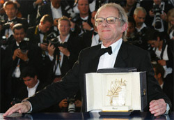 Ken Loach posa con la Palma d'oro
