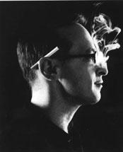 """David<br />Sedaris"""" />compulsivi e affetto da una sottile e malcelata sindrome di Peter Pan, che si trasferisce a Parigi perché è """"l'unico posto in cui ti fanno fumare dove ti pare e piace"""". Questo è David Sedaris. E questa è la sua vita. La sua ultima fatica letteraria (come per le precedenti, si tratta di racconti umoristici di matrice largamente autobiografica) è uno di quei libri in cui non possiamo scindere la figura dell'autore da quella del narratore.<br /> Poco più di dieci anni fa Sedaris lavava i piatti e faceva le pulizie per mantenersi, e oggi la sua biografia ufficiale si mescola indistintamente con quello che esce dalle sue storie: racconti che raccolgono e vituperano schegge di quotidianità famigliare, come un grande album di fotografie da sfogliare seduti sul divano, stretti attorno al camino, magari con una bella lattina di birra gelata in mano, e con l'istrione di turno che si fa sberleffi di tutto e di tutti, contagiandoci con le pesanti autoderisioni di cui si fa vittima, ma senza risparmiare chi gli sta vicino, ignorando qualsiasi regola di buona educazione, decisamente politically incorrect. Istantanee che ci mostrano <b>l'esilarante comicità della vita quotidiana</b>.</p> <p>Lui, David, lo sa benissimo. Sa di essere una sanguisuga che si nutre di anime e vite, le vite dei suoi cari, ne succhia il sangue per scrivere racconti. È perfettamente conscio del tipico cannibalismo dello scrittore. E anche loro, i suoi familiari, fratelli e sorelle, lo sanno. E non sembrano essere tanto d'accordo. Ma che ci volete fare? Lui lo fa per il loro bene, seguendo il suo istinto da crocerossina gay. Sa che questa è l'unica redenzione che può offrir loro nel tentativo di salvarli dalla crudezza della commedia umana. Le aveva provate tutte: gli approcci conversativi col padre, le ore passate al telefono col fratello Paul neo-papà, i tentativi di pulire il pavimento dell'appartamento della sorella Tiffany (""""poi riempio il lavello di acqua calda e detersivo, mi ri"""