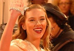 """Scarlett Johansson, protagonista di <i>Black Dalia</i>, durante la passerella al Lido"""" />I fuochi d'artificio chiudono puntuali allo scoccare della mezzanotte la prima giornata di festival, ma Venezia non si trasforma in una zucca, rimane splendida e luccicante come sempre. Continua a brillare anche grazie a <em>The Black Dalia</em>, ultima creazione cinematografica di Brian De Palma. </p> <p>Los Angeles è oscura, passionale, perversa e deviata. La corruzione sgorga lenta come sangue nero e sporco. De Palma sfrutta il cinema a trecentosessanta gradi, senza dimenticare il glam dei suoi attori, la letteratura di genere e l'arte visionaria. Un noir intrigante e intricato, tratto dal romanzo di James Ellroy, meccanismo calibratissimo di finzione e illusione in cui l'uomo inevitabilmente è costretto a cadere. Questo di De Palma è cinema puro proiettato nella sfera della speranza. Perché c'è sempre qualcuno che insegue la giustizia, anche in mezzo al fango.</p> <p>La seconda giornata di Festival attende con impazienza <em>Hollywoodland</em>, di Allen Coutler con Adrien Brody, il doc di Spike Lee, <em>When the Leeves Broke</em>, <em>A requiem in four acts</em>, sulla tragedia di New Orleans dello scorso agosto, e il film di Oliver Stone post 11 settembre, <em>World Trade Center</em>. Curiosità per Amigorena (fuori concorso con <em>Quelques jours en septembre</em>) e Haroun con <em>Daratt</em> (<em>Dry Season</em>) in concorso. Aspettiamo e vedremo.</p> <p>Film in concorso</p> <p><em>The Black Dalia</em><br /> di Brian De Palma<br /> ********</p> <p><A href="""