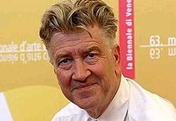 """David Lynch, Leone d oro alla carriera e regista di <i>INLAND EMPIRE</i>"""" />Una trappola. L'ultimo film di David Lynch è una trappola. Per gli occhi, per la mente e per tutto il corpo. L'evento più atteso della Mostra, con tanto di meritato Leone d'Oro alla carriera per il regista, ha lasciato tutti a bocca aperta. E' difficile trovare una dimensione nella quale collocare il disegno del'autore di <em>Velluto Blu</em> e <em>Mulholland Drive</em>, ancora più difficile esprimere giudizi e commenti coerenti nei confronti dei 172 minuti di questo ultimo delirio visivo. Troppo poco definirlo estremo. Inutile, almeno durante una prima visione, provare a mettere un po' di luce nella trama. Un labirinto. Speriamo con un'uscita.</p> <p>La giornata è proseguita con una serie di disfacimenti mentali, in seguito al """"trauma visivo"""" lynchiano e ha regalato un film sfizioso come <em>Devil wears Prada</em>, fuori concorso, con Meryl Streep e Anne Hatheway e in seconda serata il film della coppia Straub-Huliet, in concorso. Quest'ultimo più che muovere le coscienze degli spettatori, li ha fatti smuovere dalla seggiola del cinema. Incompreso?</p> <p>Infine non convince pienamente <em>Bobby</em> di Emilio Estevez, il film che racconta le ultime ore di vita di Robert Kennedy ucciso il 6 giugno del 1968. La struttura corale – cast straordinario (tra i tanti Anthony Hopkins, Sharon Stone, Demi Moore, Lindsay Lohan) – non stona, ma sembra più furba che intima, come la colonna sonora. I motivi sono nobili (Kennedy lottava contro la guerra in Vietnam, e i parallelismi con l'attualità si sprecano), ma l'occasione sembra più sprecata che sfruttata. </p> <p><strong>In concorso</strong></p> <p><em>INLAND EMPIRE</em><br /> Di David Lynch<br /> ?</p> <p><em>Quei loro incontri</em><br /> Di Jean-Marie Straub e Danièle Huillet<br /> ?</p> <p><em>Bobby (Work in progress)</em><br /> Di Emilio Estevez<br /> ******</p> <p><A href="""