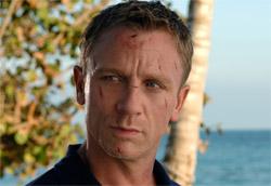 """Daniel Craig in <i>Casino Royale</i>"""" />Il nuovo film su James Bond, <em>Casino Royale</em>, è il primo vincitore del box office per il 2007. La pellicola di Martin Campbell ha infatti incassato più di tre milioni di euro, precedendo così il nuovo film di Mel Gibson, <em>Apocalypto</em>, battuto di un soffio anche nella media per sala. Scalano così al terzo e quarto posto <em>Natale a New York</em> ed <em>Eragon</em>, che comunque rimangono i due migliori incassi natalizi, con il film di Neri Parenti che supera l'incasso del cinepanettone dello scorso anno.</p> <p>Per trovare un'altra nuova entrata si deve uscire dalla top ten, con <em>Il grande capo</em> di Lars von Trier, che comunque ottiene una media decisamente soddisfacente, e <em>L'aria salata</em> di Alessandro Angelini. Delude invece <em>Mi sono perso il Natale</em>, solo diciannovesimo e con una media di poco più di mille euro per sala.</p> <p><strong>Box Office</strong> weekend 5-7 gennaio 2006<br /> <strong>1</strong>   <em>Casino Royale</em>   <strong> 3.167.966 </strong>   (3.167.966)<br /> <strong>2</strong>   <em>Apocalypto</em>   <strong> 2.443.472 </strong>   (2.443.472)<br /> <strong>3</strong>   <em>Natale a New York</em>   <strong> 1.719.968 </strong>   (22.759.819)<br /> <strong>4</strong>   <em>Eragon</em>   <strong> 1.055.725 </strong>   (9.074.489)<br /> <strong>5</strong>   <em>Giù per il tubo</em>   <strong> 987.296 </strong>   (5.383.111)<br /> <strong>6</strong>   <em>Deja vu</em>   <strong> 866.609 </strong>   (6.683.034)<br /> <strong>7</strong>   <em>Un'ottima annata</em>   <strong> 856.536 </strong>   (4.386.225)<br /> <strong>8</strong>   <em>Commediasexi</em>   <strong> 638.607 </strong>   (5.127.972)<br /> <strong>9</strong>   <em>The prestige</em>   <strong> 615.499 </strong>   (3.042.310)<br /> <strong>10</strong>   <em>Olè</em>   <strong> 564.676 </strong>   (7.998.045)</p> <p><strong>Altre</strong> nuove uscite<br /> <strong>11</strong> <em>Il grande capo</em>   <strong> 189.2"""