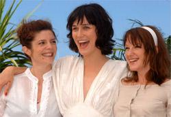 """Chiara Mastroianni, Clothilde Hesme e Ludivine Sagnier, interpreti del film <i>Les Chansons d'Amour</i>"""" />Terzo giorno di Festival a Cannes e debutto della Francia, padrona di casa della manifestazione, con due titoli, <em>Les Chansons d'amour</em> (Le canzoni d'amore) di Christophe Honoré in concorso e <em>Boarding Gate</em> (Uscita per l'imbarco) di Olivier Assayas, presentato fuori gara.<br /> Il film di Honoré è un musical nel quale gli attori eseguono le canzoni d'amore scritte per l'occasione da Alex Beaupain. E' alle canzoni che è affidato il compito di esprimere i sentimenti dei personaggi e di accompagnare gli snodi cruciali della vicenda narrata. La pellicola tratta delle disavventure sentimentali del giovane Ismaël (Louis Garrel), corteggiato da Julie (Ludivine Sagnier) e Alice (Clotilde Hesme). Dopo la morte improvvisa della fidanzata Julie, stroncata da un infarto, è oggetto dell'interesse anche del giovane Erwann (Grégoire Leprince-Ringuet) e di Jeanne (Chiara Mastroianni), sorella di Julie, C'è chi rintraccia in questo film echi della Nouvelle Vague ma in generale <em>Les Chansons d'amour </em>delude parecchio. L'altro film francese, <em>Boarding Gate</em>, presentato nella sezione Mezzanotte, ha come protagonista l'italiana Asia Argento che interpreta il ruolo di una prostituta tossicomane che uccide il vecchio e ricco amante (Michael Madsen) e poi fugge da Londra a Hong Kong. Lì la donna spera di rifarsi una vita insieme al nuovo amore, nonché mandante dell'omicidio (Carl Ng). Anche questo giallo, nonostante la presenza della """"femme fatale"""" Argento, non convince. </p> <p>Tra i film in concorso è stato presentato anche il russo <em>Izgnanie</em> (La messa al bando) di Andrei Zvjagincev. Si tratta di un dramma intimista che racconta di una donna (Katya Kulkina), costretta ad abortire perché accusata di essere incinta dell'amante. In realtà è l'irresponsabilità del marito (Konstantin Lavronenko) che la obbliga a questa decisione. Neanche questa pellic"""
