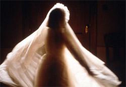 """<i>The others</i>"""" />scopre il fantasma, e tutte le sue certezze crollano in un istante, insieme alla convinzione di trovarsi in una posizione di onniscienza. Su questo inganno si costruisce la trama di <em>Il sesto senso</em>, del regista indiano M. Night Shyamalan, il cui protagonista, uno psicologo infantile, viene colpito in pieno petto da un suo ex paziente e da quel momento non si sente più lo stesso. L'uomo si prende a cuore il caso di Cole, un bambino di nove anni che gli confida di riuscire a vedere e a sentire le persone morte. Similare per certi aspetti a <em>Il sesto senso</em> è <em>The others</em> di Alejandro Amenabar, che capovolge il punto di vista da cui di solito lo spettatore si pone nell'osservare i fenomeni paranormali. Gli """"intrusi"""" che danno il titolo al film in questo caso non sono gli spettri ma i vivi, ossia i nuovi proprietari della villa vittoriana, avvolta nella nebbia, che fa da location al film. </p> <p>Ma <strong>i fantasmi non devono fare necessariamente paura e non sono necessariamente cattivi e mal intenzionati</strong>. Possono avere semplicemente una faccenda in sospeso che li trattiene in una specie di limbo e non li permette di godere della beatitudine eterna dell'aldilà. Nel film <em>Ghost – Fantasma</em> di Jerry Zucker, il protagonista Sam Wheat è ucciso a bruciapelo da un uomo che ha appena tentato di derubarlo. Dopo la morte, l'uomo diventa un fantasma dai contorni luminescenti e spinto dall'amore per la fidanzata Molly cerca in tutti i modi di mettersi in contatto con lei, coinvolgendo nell'impresa anche una medium. L'anima di Sam riesce finalmente a trovare pace, una volta smascherato il colpevole della propria ingiusta morte. Si ispira a <em>Ghost</em> (per ammissione del regista Lamberto Bava) il film <em><A href="""