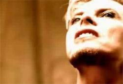 """<i>David Bowie – The Hearts Filthy Lesson</i>"""" />musica suonata diventa una vera e propria incursione armata da live. E poi: Bayer cattura l'energia live degli <strong>Offspring</strong> in <em>Gotta Get Away</em>: l'occhio è per il pubblico, sul quale si riversa ogni nota, che mette in scena la sua personale performance di spintoni, salti, mani alzate, delirio. <strong>Una passione palpabile per il momento live</strong>, che ha avuto il suo momento più alto in quel film – rockumentary che è <em><A href="""