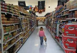 """<i>Clash – Lost In The Supermarket </i>"""" />moderna</strong>, con la paura dell'annullamento identitario nella massa  e dello sprofondamento """"commerciale"""" (ogni cosa è vendibile nel supermercato, a partire dalle persone) che investe sia gli oggetti che gli acquirenti. </p> <p>Due videoclip hanno recentemente rispolverato questo luogo misterioso e così significativo: i <strong>Travis</strong> con <em>Closer</em> e <strong>Emily Haines & The Soft Skeleton</strong> con <em>Doctor Blind</em>. Più vecchi sono i <strong>Clash</strong> con <em>Lost in the supermarket</em>, i <strong>Radiohead</strong> con <em>Fake plastic trees</em>, <strong>Jovanotti</strong> con <em>Penso Positivo</em> e i <strong>New Radicals</strong> con </em>You Get What You Give</em>.</p> <p>Se volete proporre altri video interamente ambientati nei supermercati scrivete a <A href="""