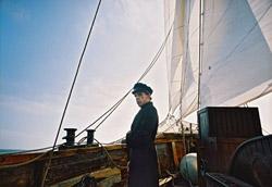 """<i>Capitaine Achab – Philippe Ramos</i>"""" />Nella giornata del 6, grande protagonista è stato il cinema taiwanese: <strong>la premiazione del Pardo d'onore al grande regista Hou Hsiao-Hsien</strong> è avvenuta in Piazza Grande prima della proiezione dell'ultimo capolavoro del maestro, <em>Le voyage du ballon rouge</em>, già passato a Cannes.</p> <p>Ma questi giorni sono stati anche l'occasione per ricordare <strong>Edward Yang</strong>, scomparso il mese scorso, un altro nome fondamentale della nouvelle vague taiwanese; a Locarno si è visto il suo <em>Taipei Story</em>, e per la serata dell'8 è prevista la proiezione del suo ultimo bellissimo film, <em>Yi yi</em>.</p> <p><strong>Un film molto bello è stato presentato ieri in concorso: <em>Capitaine Achab</em></strong>, coproduzione franco-svedese del regista <strong>Philippe Ramos</strong>, che racconta la storia reinventata del melvilliano Capitano Achab.<br /> Il film si concentra sui momenti inediti della vita del personaggio letterario, l'infanzia, la passione per il mare, l'arruolamento su una nave, mentre si sorvola velocemente sulla parte piu' famosa, quella del duello ingaggiato con la balena bianca Moby Dick. E' quindi la riscoperta dell'uomo Achab, un film intimista che contrasta con l'impianto metaforico del capolavoro di Melville. Notevole la fotografia che esalta gli elementi naturali, ma che si basa anche su<br /> elementi pittorici. Papabile vincitore del Festival.</p> <p><strong>Link Correlati</strong><br /> • Vai a <A href="""