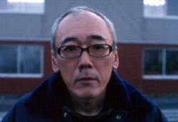 """<i>The Rebirth – Kobayashi Masahiro</i>"""" />Presentati due film in concorso decisamente agli antipodi, un giapponese sperimentale e un film di cassetta hollywoodiano. <em>Ai no yokan</em> (<em>The Rebirth</em>) di <strong>Kobayashi Masahiro</strong> parla dell'omicidio di una ragazza ad opera di una compagna di classe. Le prime sequenze del film vedono il padre della vittima e la madre dell'assassina raccontare la vicenda sotto forma di intervista. Da qui fino quasi alla fine, <strong>i due genitori sono seguiti nei loro gesti quotidiani:</strong> preparare la frittata, mangiare alla mensa, lavorare in una fonderia. Le stesse operazioni vengono ripetute, identiche o quasi, senza parole, per tutto il film. <strong>La solitudine, l'alienazione, la sofferenza ed il senso di colpa sono cosi mostrati nella loro devastante realtà.</strong> Un film che ha molto diviso il pubblico.</p> <p>L'altro film, <em>Joshua</em>, è invece un thriller psicologico angosciante, che ha per protagonista un bambino molto, molto cattivo. Trascurato dai genitori, due stressati altoborghesi che hanno appena dato alla luce una sorellina, il piccolo protagonista decide di punire i due adulti: aiutato dal suo alto quoziente di Q.I. e dagli studi sull'imbalsamazione delle mummie egizie, farà passare loro dei bruttissimi momenti. <strong>Quasi una versione laica dei vari <em>Omen</em> (Richard Donner, 1976), qui il bambino non è dotato di poteri soprannaturali, ma """"solo"""" una mente geniale.</strong></p> <p>In Piazza, per omaggiare a <strong>Antonioni</strong>, è stato proiettato <em>Zabriskie Point</em> (1970): non si poteva rendere saluto migliore al grande Maestro.</p> <p><strong>Link Correlati</strong><br /> • Vai a <A href="""