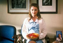 """<i>Waitress – Adrienne Shelly</i>"""" />Il film della Piazza è stato l'americano <em>Waitress</em>: protagonista è una cameriera di uno di quei tipici locali americani che si vedono in tantissimi film e telefilm. E' una grande creatrice di torte, le sue invenzioni portano nomi fantasiosi che si ispirano agli avvenimenti della sua vita, una vita abbastanza triste, con un marito manesco ed ubriacone. Ma uno spiraglio di luce arriva quando si innamora del suo ginecologo. <strong>Il punto forte del film sono le immagini stucchevoli della preparazione delle torte, una piu bella dell'altra, immagini che scatenano piaceri sensoriali e che puntellano la vicenda narrata, quanto basta a salvare il film dalla mediocrità e dal già visto.</strong> Ultimo film della regista <strong>Adrienne Shelly</strong>, tragicamente scomparsa mentre era in corso la fase di postproduzione.</p> <p>Deludente il film sudcoreano in concorso, <em>Boys of Tomorrow</em>, racconto di due ragazzi sbandati, due esistenze ai margini. L'obiettivo del regista <strong>Noh Dong-seok</strong> è la ricerca della speranza, in una situazione di vuoto esistenziale assoluto. <strong>Un prodotto ben confezionato, con buone intenzioni, ma che certo non può essere annoverato tra i freschi lavori di certo cinema sudcoreano contemporaneo.</strong></p> <p>Nella sezione <em><strong>Semaine de la critique</strong></em>, si è visto <em>Lynch</em>, bel documentario del grande regista ambientato durante la lavorazione di <em> <A href="""