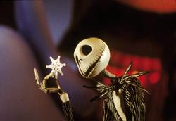 """Una scena da <i>Nightmare before Christmas </i> di Henry Selick<br />  """" />La Mostra, a due giorni dal termine, insiste nel chiedersi quale sia la missione del cinema contemporaneo. E anche l'intruso provava a farsi la stessa domanda, pur sapendo che non avrebbe avuto solo una risposta.<br /> <strong>Amos Gitai</strong>, ad esempio, risponderebbe dicendo che la missione del (suo) cinema è quella di raccontare la realtà e l'attualità passando attraverso l'esperienza umana, la natura della propria identità, lo sguardo e il dolore delle donne, lo sconfinamento di barriere più o meno esistenti. Dopo gli ultimi <em>Promised Land</em> e <em>Free Zone</em> il regista israeliano offre una nuova variazione ai temi a lui più cari con <em>Disengagement</em>, film che racconta il lungo viaggio di una madre (Juliette Binoche) dalla Francia fino a Gaza per incontrare la figlia da cui si è separata alla nascita. Un nuovo racconto carico di disperazione in grado di cogliere le sfumature più intime e vere dell'animo umano, e che, come sostiene Gitai stesso, <strong>cerca in tutti i modi di far leva sullo strumento cinema per raccontare la verità così difficile da cogliere e comprendere.</strong> L'intruso avrebbe voluto stringere la mano ad Amos.</p> <p>Anche <strong>Sabina Guzzanti</strong>, sulla carta, avrebbe risposto in modo simile: raccontare la realtà e far vedere la verità. Ovviamente con tonalità e su sfondi culturali diversi. Ma il suo <em>Le ragioni dell'aragosta</em>, presentato nelle Giornate degli Autori, oltre che a mancare di mordente, provoca poco e sembra essere la versione più stanca e più noiosa di <em>W Zapatero</em>. Un falso documentario che lascia non poche perplessità e interrogativi. L'intruso avrebbe voluto discutere con Sabina.</p> <p>C'è poi <strong>Miike Takashi</strong>, che dopo quell'epica domanda sorriderebbe, alzerebbe un poncho e tirerebbe fuori dal suo cinturone di cuoio un paio di bacchette per cibarsi e un ventaglio. Così, tanto per rimanere in"""