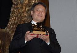 Ang Lee con il Leone d'oro appena ricevuto