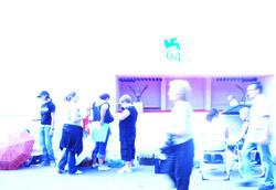 """Arrivederci Venezia<br />(Foto di F.B.)"""" />Gli ultimi giorni non sono descrivibili. <strong>Tim Burton ha chiuso il mio personale festival ed è sempre così:</strong> il culmine, il punto più alto è l'ultimo respiro, apre uno sguardo sulla sua fine, una piccola morte racchiusa nell'eccitazione più completa. E sempre, trascina con sé un'estenuante malinconia.<br /> Solo ora, dopo aver lasciato l'isola del Lido e dopo aver guardato il mare che si apriva davanti a me, mi rendo conto di come siano confusi gli ultimi giorni, rotolati via tra una fame bulimica di immagini e una leggera consapevolezza: nella mia mente immagini, emozioni e film stanno lentamente scolorando.</p> <p><strong>Il pugno più forte lo ha dato e ricevuto Marra:</strong> quei fischi insopportabili in sala e quella conferenza stampa superficiale, poco """"critica"""" nel senso costruttivo del termine, mi hanno infiammato e deluso al tempo stesso; forse <em>L'ora di punta</em>, come ultimo film italiano presentato in concorso, sconta il peccato di non essere il Crialese di <em>Nuovomondo</em>. Forse una parte della critica (o di chi vuole semplicemente criticare) non trova originale un film sull'amoralità e la corruzione. Potrebbe essere, in un paese dove è normale pescare dalle tragedie della cronaca nera per costruirci sopra gli show di seconda serata, normale, in un paese dove, per qualche ragione che non posso conoscere, ma che sicuramente sarà fondata, l'Istituto Luce ha ricusato gli impegni per la distribuzione in Italia di <em>Disengagement</em> di Gitai.</p> <p><strong>Una forte luce mi rimbomba nella memoria, quella che emanava <em>Año Uño</em> di Jonas Cuaron</strong>, un film di fotografie e di cuore, di grande bellezza e impegno artistico. Il regista, la sua compagna attrice e suo padre Alfonso Cuaron erano in sala, una fila dietro di me: non potrò scordare il suo volto di ventitreenne coperto da ricci biondicci, bagnato da qualche lacrima e strofinato nervosamente dalle sue mani magre.<br /> La v"""