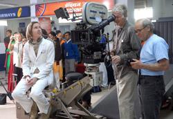 """Wes Anderson sul set di <i>The Darjeeling Limited</i>"""" />Non ci sono dubbi, a Venezia oggi il protagonista è Bill Murray. Già da giorni i più attenti lo avevano visto aggirarsi per le strade dal Lido. Invitato da Clooney, dicevano alcuni, venuto in anticipo dalla Svezia dopo essere stato multato per guida in stato di ebbrezza, dicevano altri, i più maliziosi. Sta di fatto che, malgrado la sua parte in <em>The Darjeeling Limited</em> (tra l'altro uno dei più interessanti film in concorso) lo porti sullo schermo per poco più di un minuto, è stato lui il più richiesto dai giornalisti durante la conferenza stampa. </p> <p>Ed è stata sua la dichiarazione più divertente: a chi gli chiedeva come fosse stato girare questo film, ha risposto: «E' stato il mio miglior film, sono stato mandato in India per quindici giorni, ho lavorato un giorno e ho girato il Paese due settimane. Il mese successivo sono stato mandato nuovamente in India, ho lavorato un giorno e ho fatto shopping per due settimane. Ora sono stato mandato a Venezia, sto facendo un'ora di interviste e per una settimana mi sono divertito girando per la città. Il mio miglior film». Geniale, come sempre.</p> <p>A parte quella di Wes Anderson, è stata la giornata delle pellicole oversize. 151 minuti per <em>La graine et le mulet</em>, addirittura 155 per <em>L'assassinio di Jesse James</em>. Ieri, passando davanti alla postazione in cui registravano Cinematografo, Marzullo faceva parlare gli ospiti (lui non parlava, assisteva basito) proprio su questo argomento. Insomma, sono d'accordo con Marzullo. Inizio a pensare che i capelli bianchi che mi stanno spuntando sulla testa non significano che sto diventando brizzolato e sexy come George: forse sto solo invecchiando.</p> <p class="""