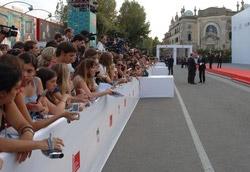 La passerella attorniata dalle giovani fan di Johnny Depp