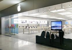 """<i>Apple Store, Roma Est</i>"""" />advertising!"""", """"pensa ai punti vendita <em>come</em> pubblicità"""".</strong><br />  Forma comunicativa alternativa rispetto ai media convenzionali, ma non per questo meno efficace, il <em>retail</em> può oggi fare la differenza. Il punto vendita è l'importante anello di congiunzione tra l'azienda e il pubblico target; il luogo della transazione economica, certo, ma, ancor prima, <strong>il punto in cui si fa l'esperienza del prodotto</strong>. E se l'esperienza è negativa, non ci sono chance: la vendita non avviene. </p> <p>Negli ultimi anni è cresciuta l'attenzione sui punti vendita, per i quali non solo si è cominciato ad investire maggiormente (restyling dei negozi, in store promotion ecc.), ma si è anche arrivati ad un <strong>nuovo modo di intendere la presenza del cliente</strong> negli stessi.<br /> L'obiettivo è quello di mantenere il proprio target più a lungo possibile negli store. Si pensi alle grandi librerie provviste di bar e soffici poltrone per la consultazione, ai negozi di musica dove è diventato possibile ascoltare i cd prima dell'acquisto, ai possibili test di prodotto (un esempio possibile: fare un giro di pista al Motorshow di Bologna. Provare la moto dei propri sogni può spingere all'acquisto certamente in modo più efficace rispetto alla visione di una banale pagina pubblicitaria). </p> <p><strong>Il marketing tribale ci ha quindi insegnato che, per rinnovare il legame, le tribù si raccolgono in determinati punti per celebrare dei riti</strong>. I luoghi """"sacri"""" delle tribù sono quindi vissuti intensamente: lì le emozioni si amplificano e si ribadiscono le appartenenze.<br /> Dove si ritroverebbe  l'esclusività del marchio Ferrari se non in punti vendita di alto profilo curati nel dettaglio? Solo in questo modo l'esperienza d'acquisto di un semplice porta chiavi ci può avvicinare al mondo – per molti inarrivabile – della rossa più amata dagli italiani. </p> <p>Non è un caso quindi che molte delle strategie attuali"""
