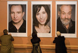 Eddie Marsan, Sally Hawkins, e il regista Mike Leigh firmano i loro ritratti.