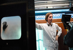 "Wes Anderson sul set de<br />I<i>l treno per il Darjeelin</i>"" />Jeanmaire, Your clothes are all made by Balmain, And there's diamonds and pearls in your hair, yes there are.""</em> (Peter Sarstedt, <em>Where Do You go to My Lovely</em>, dalla colonna sonora originale del film.</p> <p>A Wes Anderson non interessa la moda. Alle premiere dei suoi film non lo vedrete indossare abiti firmati da famosi stilisti, ma eleganti completi confezionati rigorosamente su misura dal suo sarto di fiducia, Mr. Ned. <strong>Nonostante sia amico di Marc Jacobs, che ha disegnato il set di valigie di Vuitton protagoniste del suo ultimo film</strong>, <em><A href="