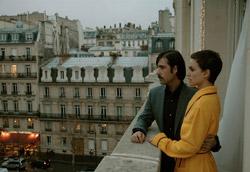 """<i>Hotel Chevalier<i>"""" />blockbuster in uscita, <strong>i film di Anderson vanno nettamente in controtendenza e portano a riflettere sul fatto che ciò che scegliamo di indossare esprime qualcosa della nostra personalità</strong>. </p> <p>In <em><A href="""