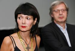 Elisabetta Sgarbi insieme al fratello durante la presentazione di Non chiederci la parola