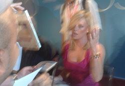 Una fantasmatica Charlize Theron assediata per gli autografi dopo la conferenza stampa