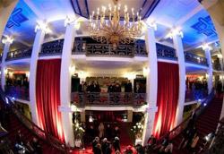L'entrata della Friedrchstadtpalast alla premiere di John Rabe
