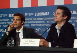 Clive Owen e Tom Tykwer durante la conferenza stampa di The International