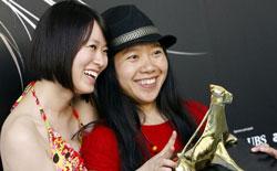 Huang Lu, protagonista di She, a chinese, e la regista Xiaolu Guo con il Pardo d'Oro