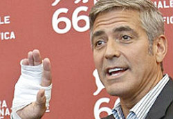 George Clooney sorridente al photoshoot di The Man Who Stare at Goats
