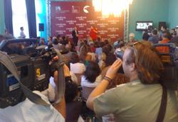 Le telecamere puntano Michael Moore durante la conferenza