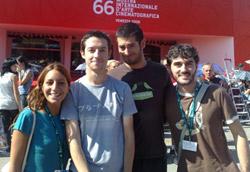 Nella giornata da turista, non può mancare la foto con gli amici davanti al red carpet