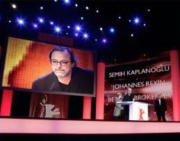 Semih Kaplanoglu ritira l'Orso d'Oro per il film Bal (miele)