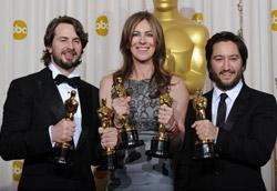 Kathryn Bigelow con gli Oscar tra lo sceneggiatore Mark Boal e il produttore Greg Shapiro