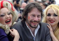 Mathieu Amalric a Cannes tra alcune star del New Burlesque