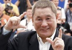 Takeshi Kitano scherza con i fotografi sulla Croisette