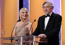 Melanie Laurent e Robert DeNiro durante la premiazione